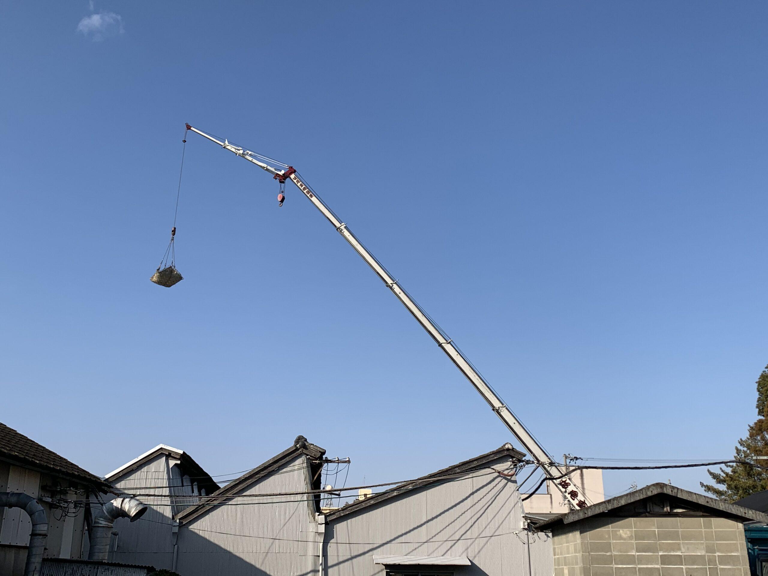 屋根のリフォーム工事中(古瓦クレーンで撤去)