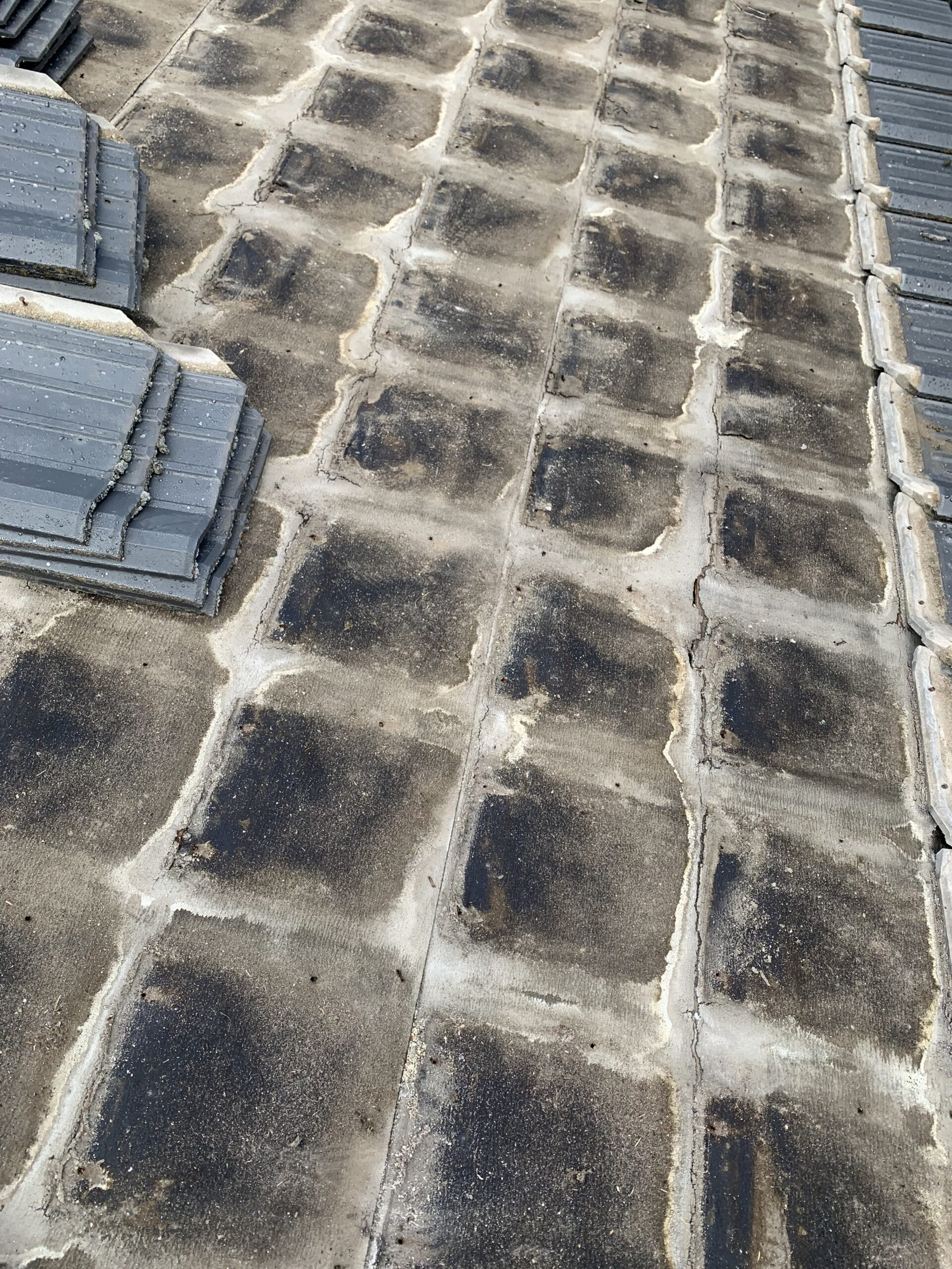 屋根瓦葺き替え工事②瓦撤去処分